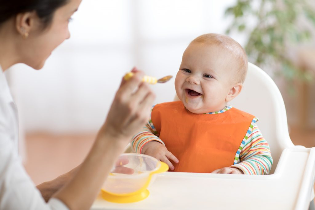 Spoon feeding purees has long been the way to introduce foods to babies, but baby led weaning has been gaining popularity around the world. What's the difference, what are the benefits of baby led weaning, and how can you do it with success?